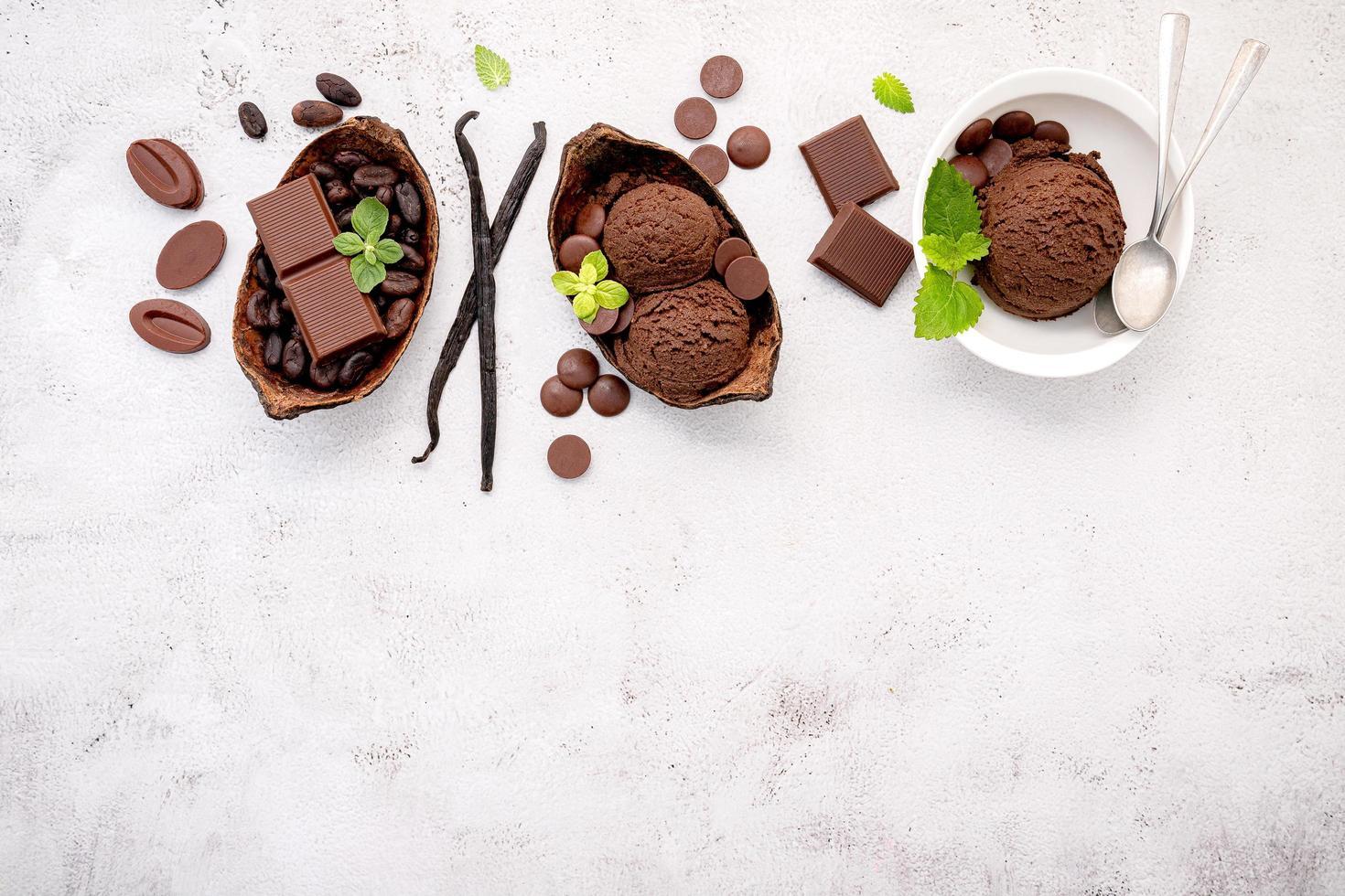 bols de glace au chocolat photo