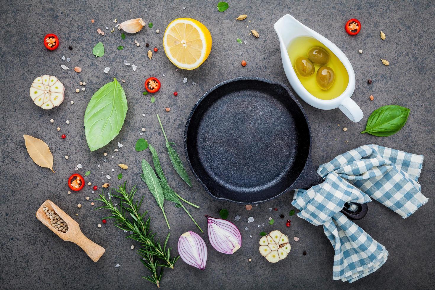 poêle avec des ingrédients italiens frais photo