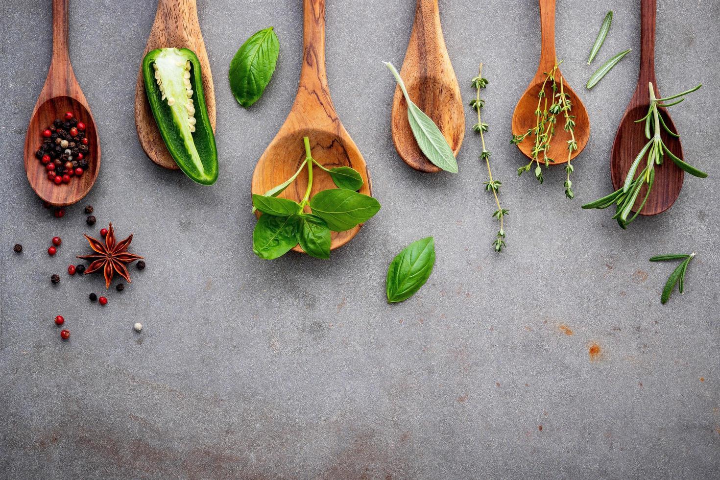 herbes et épices dans des cuillères en bois photo