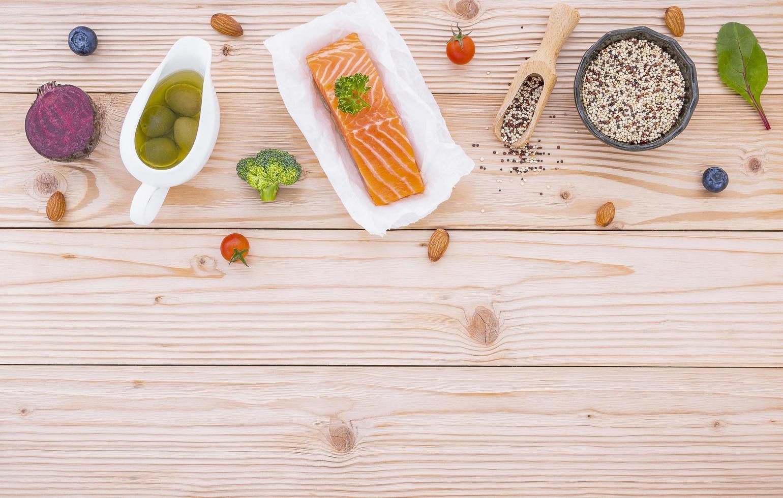nourriture biologique sur bois clair photo