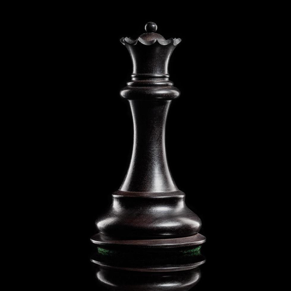 Pièce d'échecs de la reine noire sur fond sombre photo