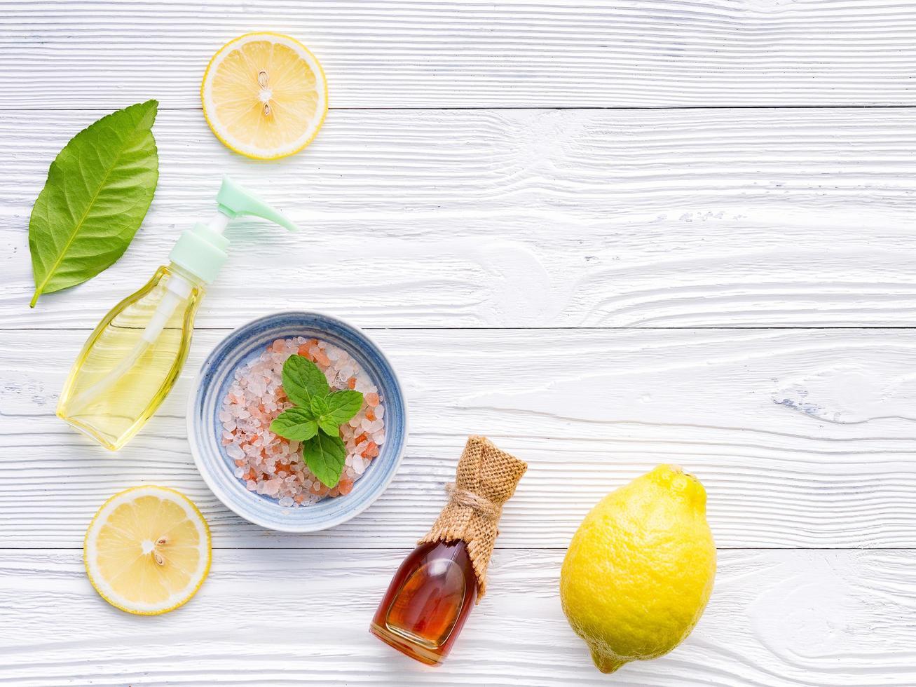 sel, miel et citron sur un fond blanc minable photo