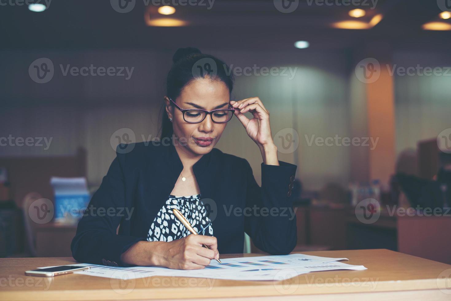 femme daffaires travaillant au bureau photo