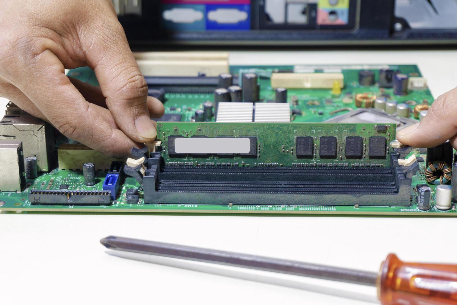 Main d'un technicien réparer et mettre à niveau l'ordinateur de la mémoire pour réparer photo