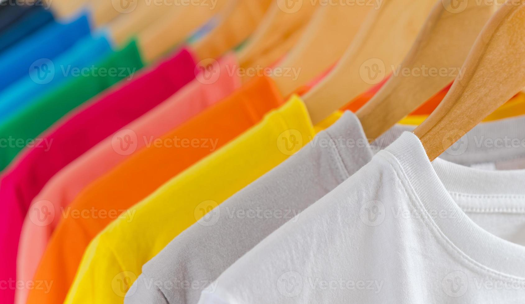 gros plan de t-shirts sur cintres, fond de vêtements photo