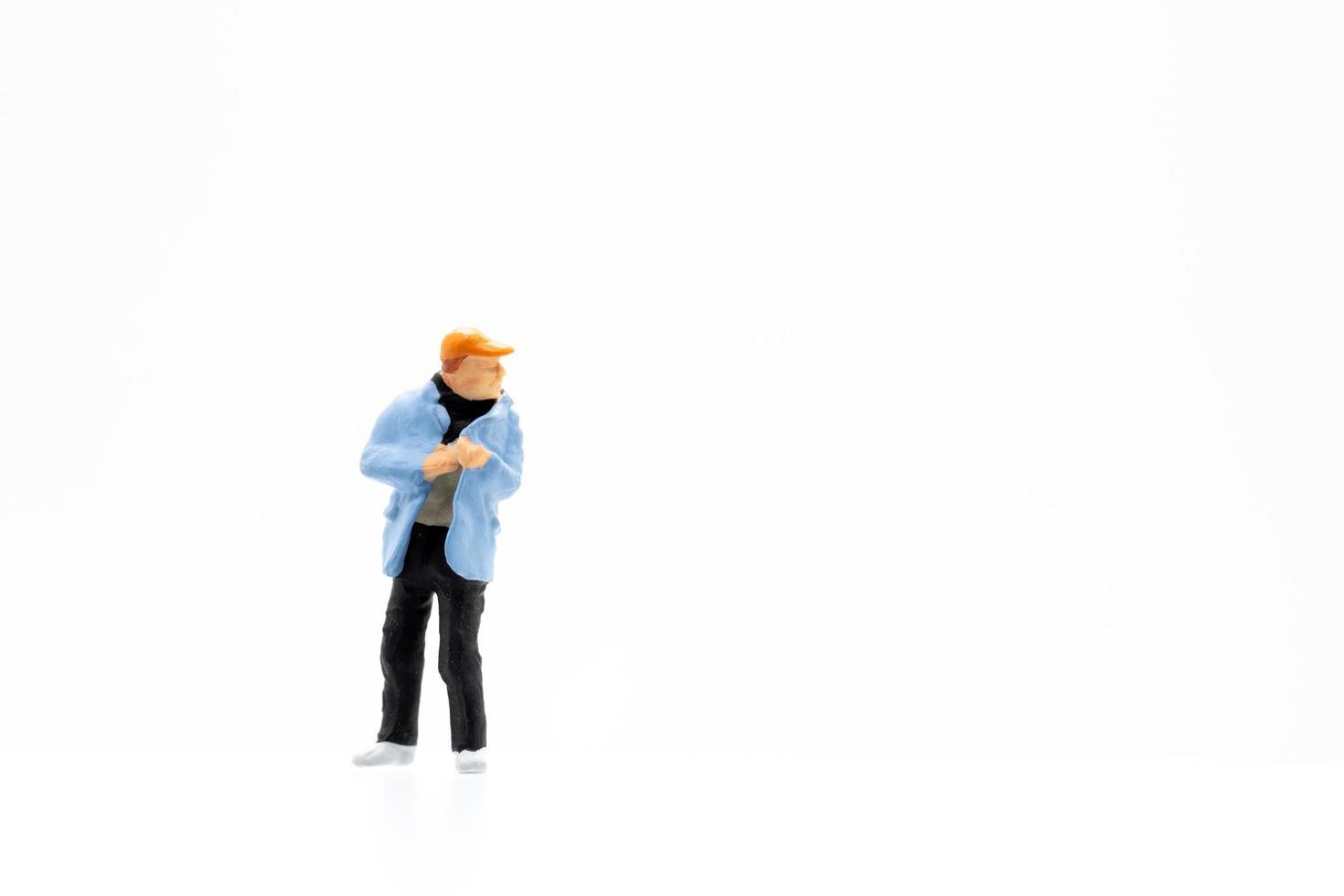 une personne miniature debout sur un fond blanc photo