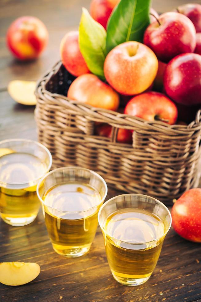 jus de pomme dans des verres et pommes dans le panier photo