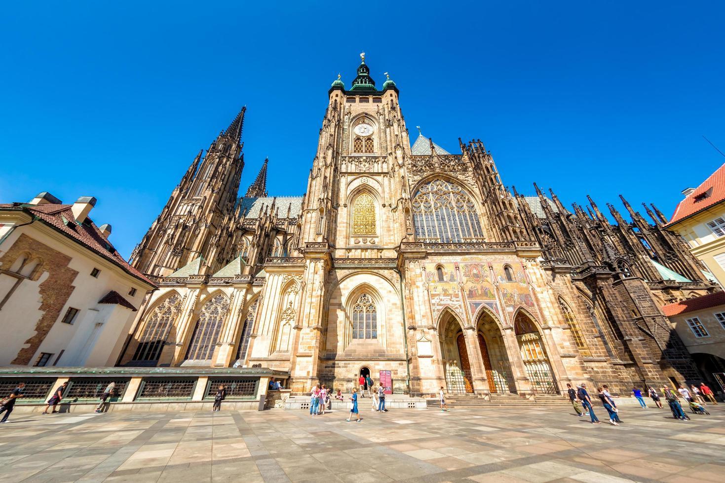 Prague, République tchèque 2016 - personnes en face de la cathédrale Saint-Vitus photo