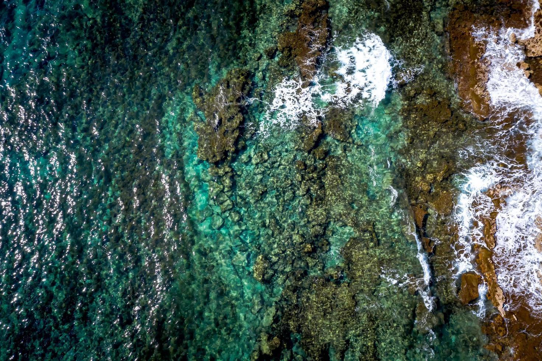 lagon bleu avec rivage rocheux et eau claire photo
