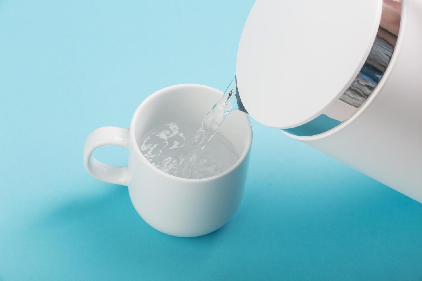 bouilloire à thé versant de l'eau photo