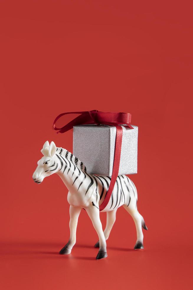 jouet zèbre portant un cadeau photo