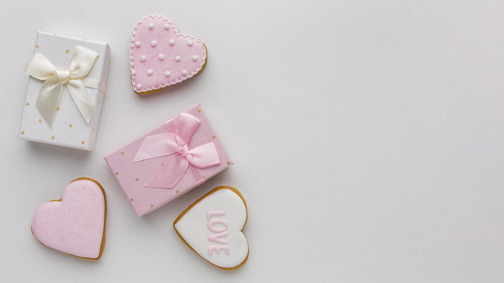 biscuits et cadeaux de la saint-valentin photo
