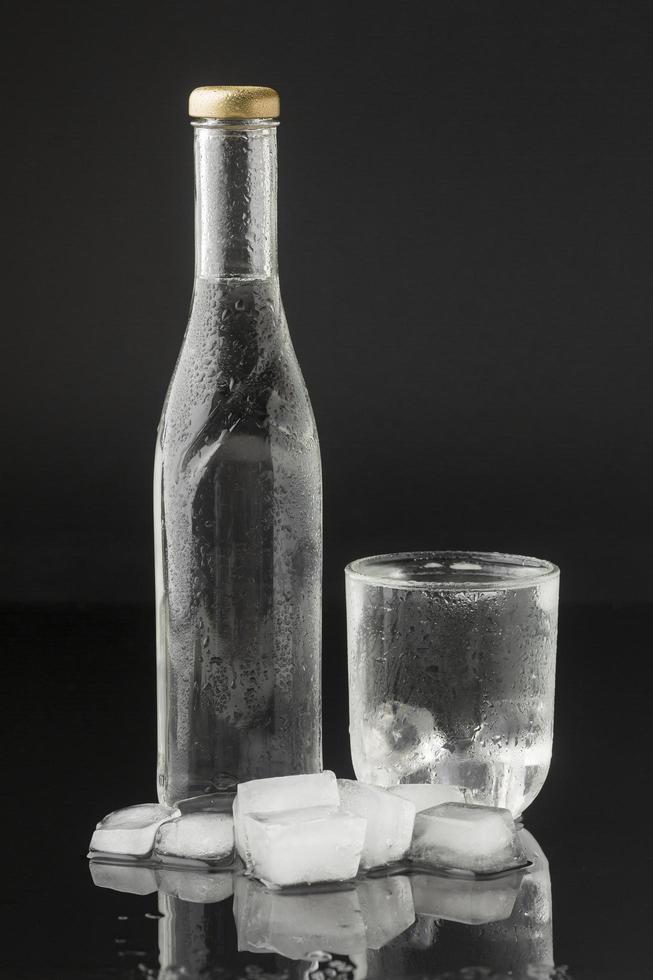 eau glacée sur fond noir photo