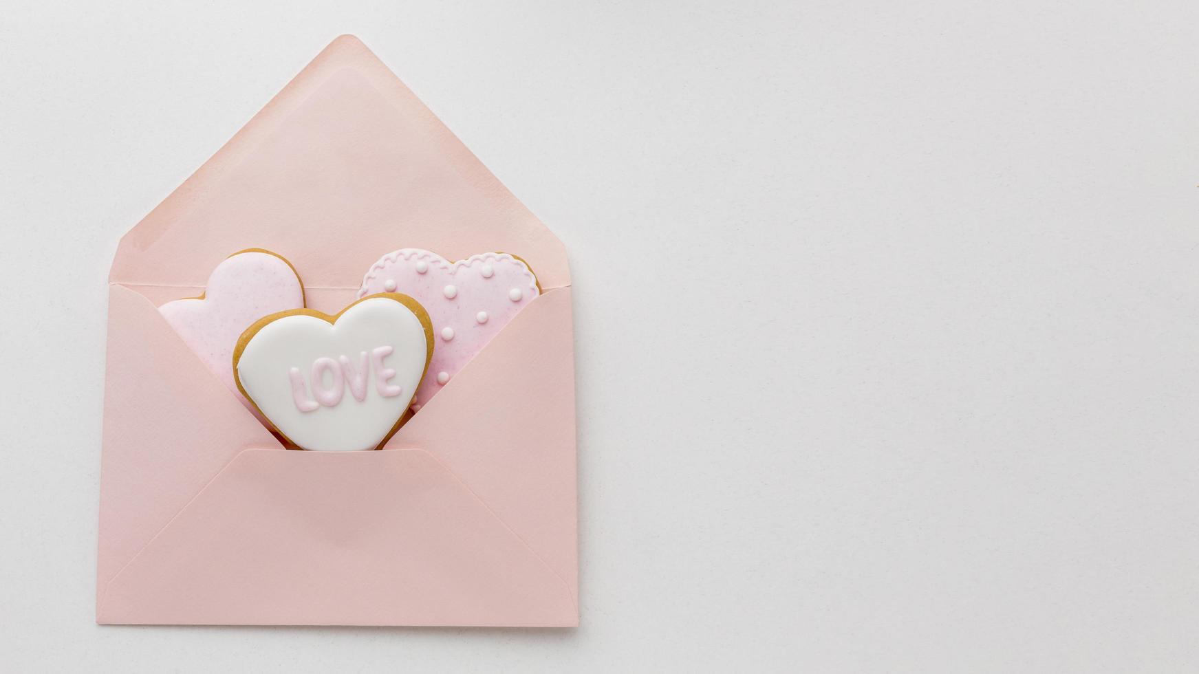 biscuits de la saint-valentin dans une enveloppe photo