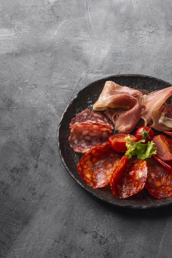 arrangement de salami sur béton photo