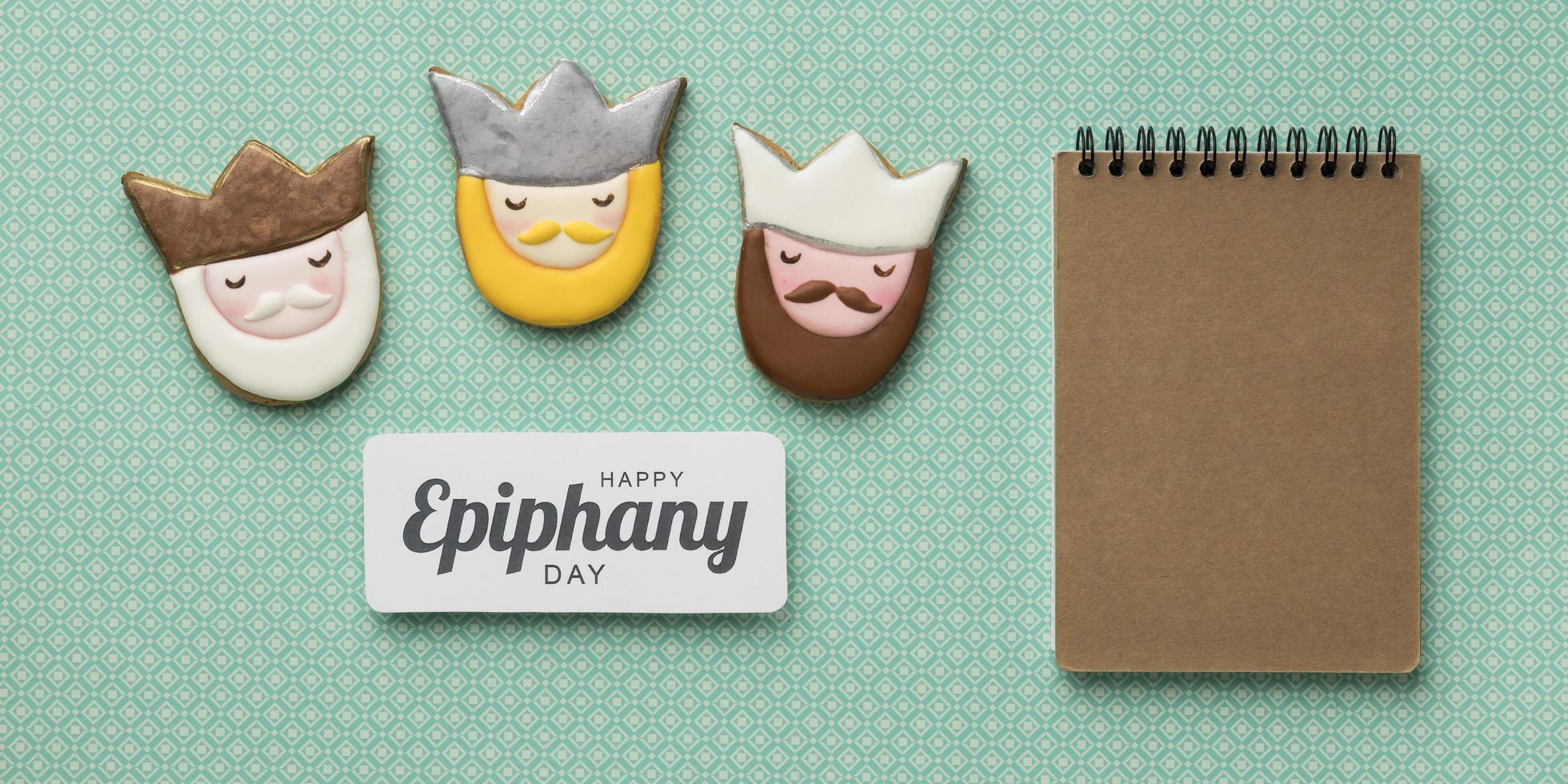 biscuits du jour de l'épiphanie avec bloc-notes photo