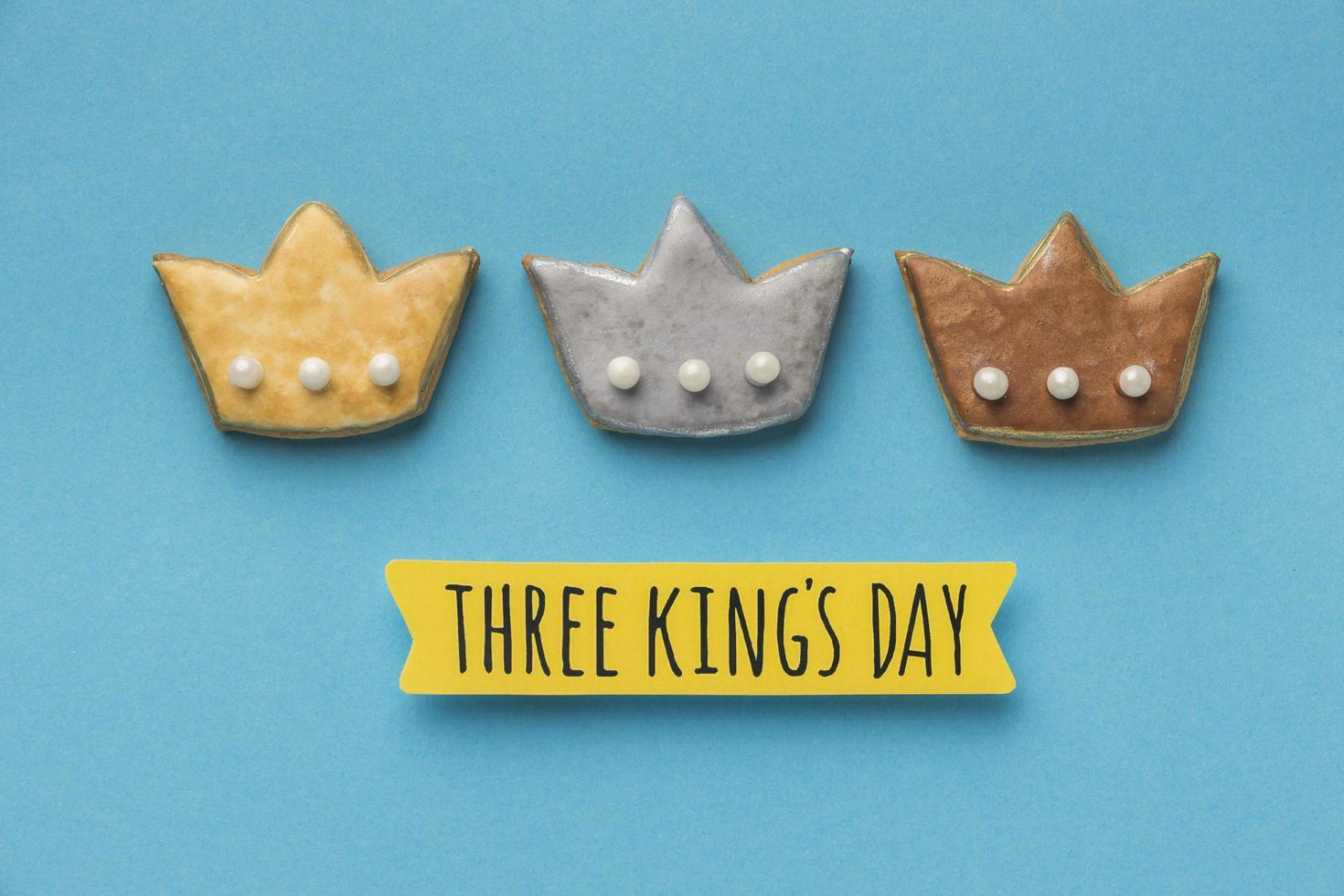 trois biscuits à la couronne pour le jour de l'épiphanie photo