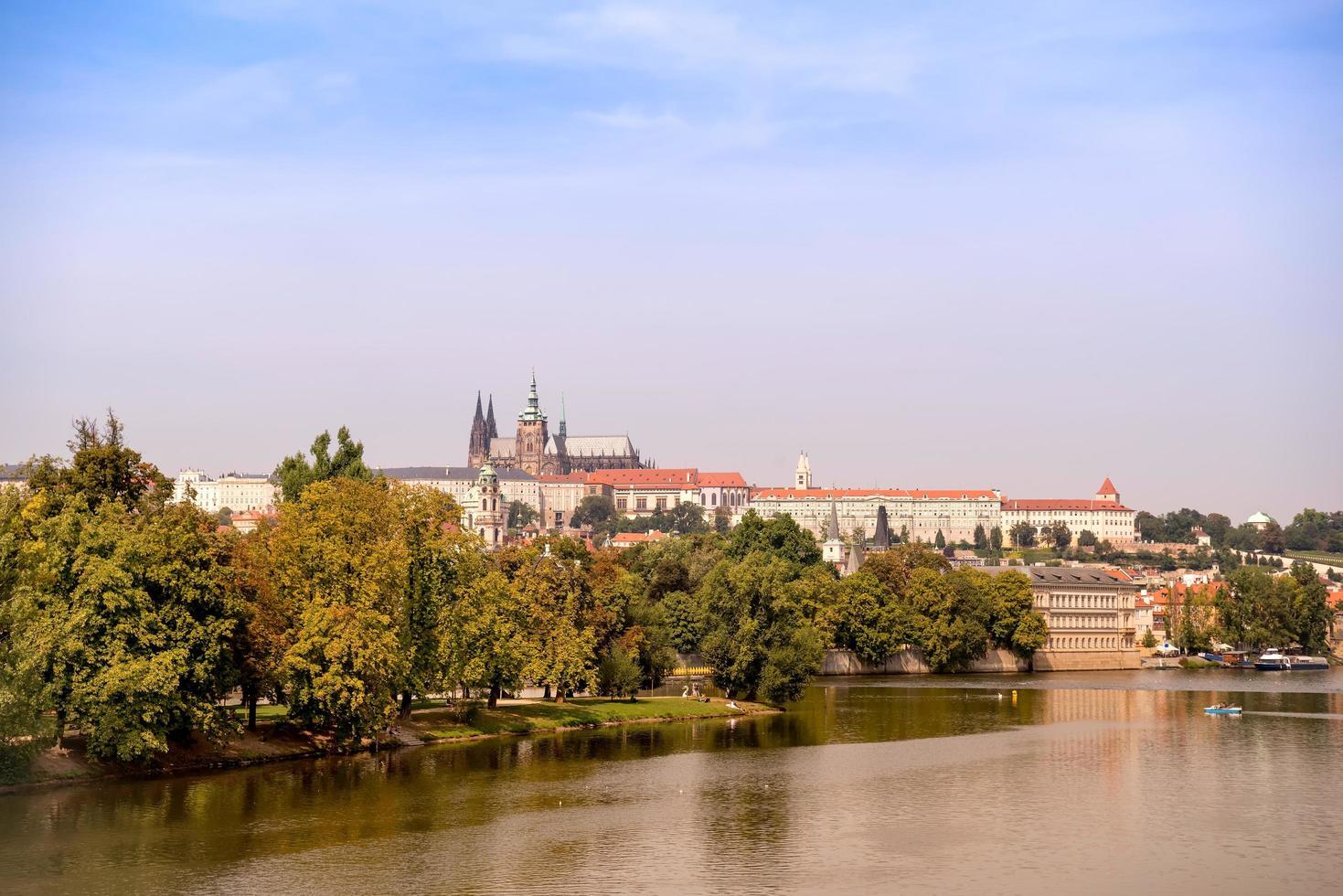 vue du château de prague, st. cathédrale vitus et rivière vltava photo