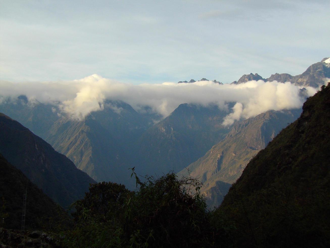 montagnes avec une ligne de nuages au pérou photo