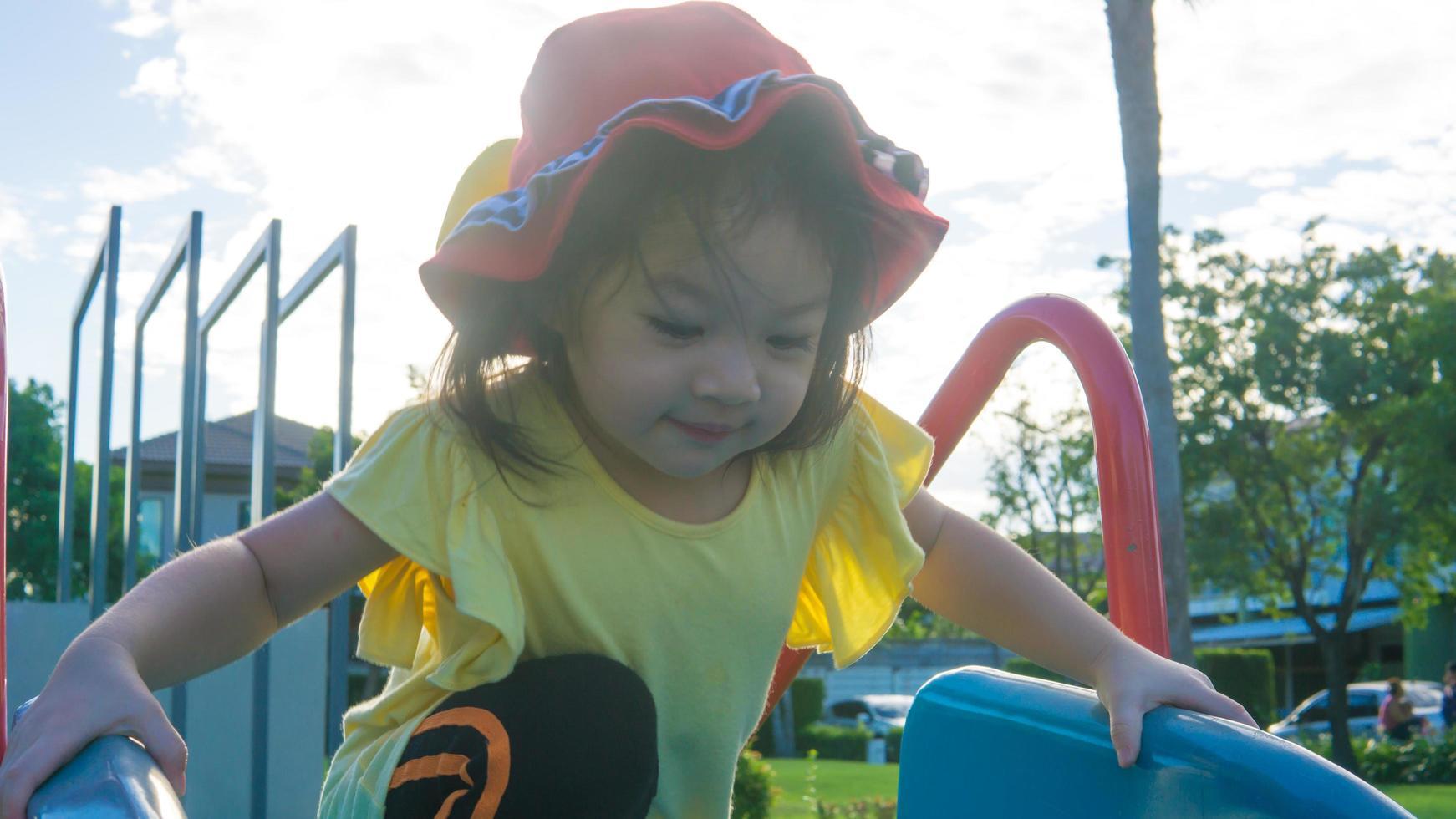 jeune fille jouant dehors photo