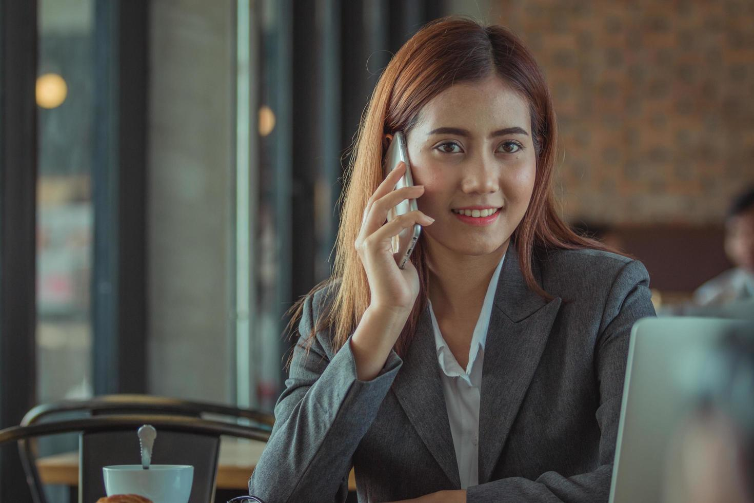 femme d & # 39; affaires travaillant dans un café photo