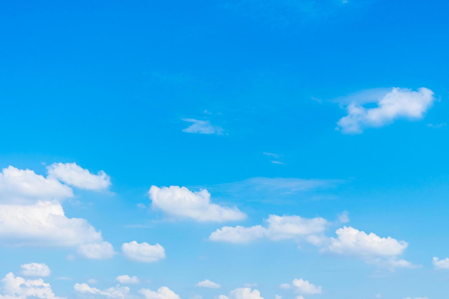 beaux nuages blancs sur ciel bleu photo