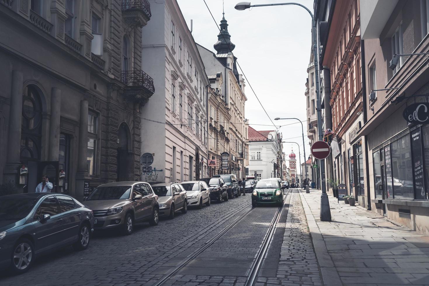 Plzen, République tchèque 2017 - rue Zbrojnicka dans une ville touristique animée photo
