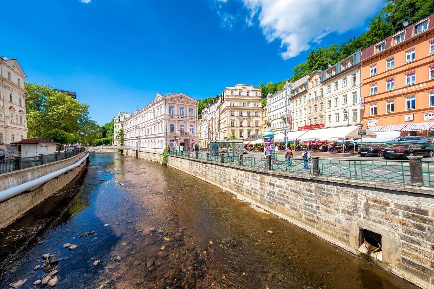 centre-ville historique avec rivière de la ville thermale de karlovy varient. République Tchèque. 26 mai 2017 photo