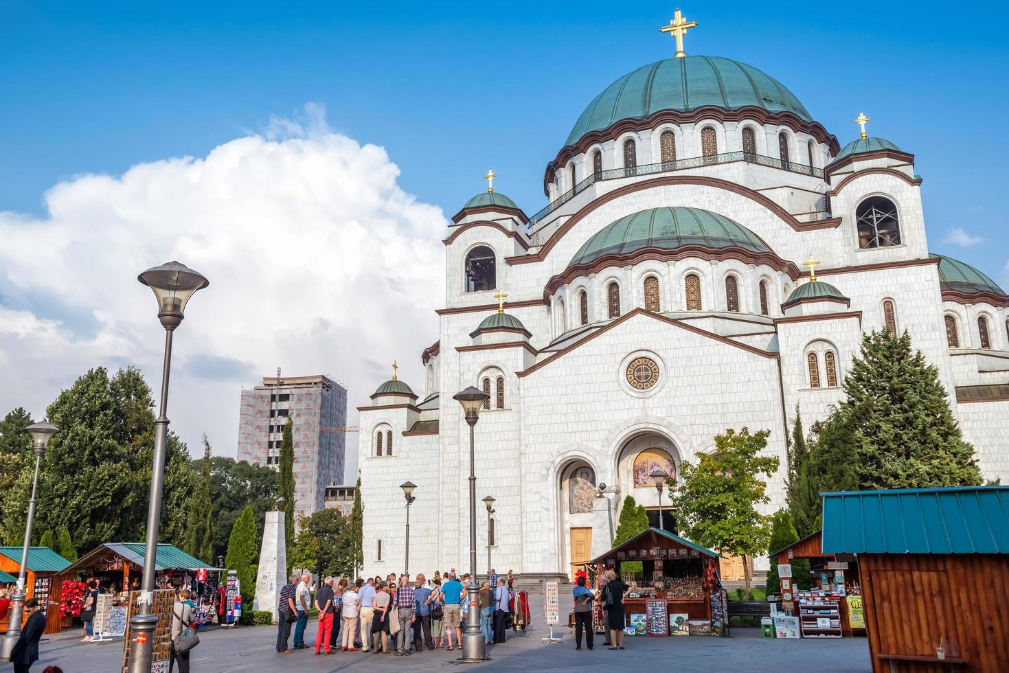 Belgrade, Serbie le 24 septembre 2015 - touristes debout devant la cathédrale Saint Sava photo