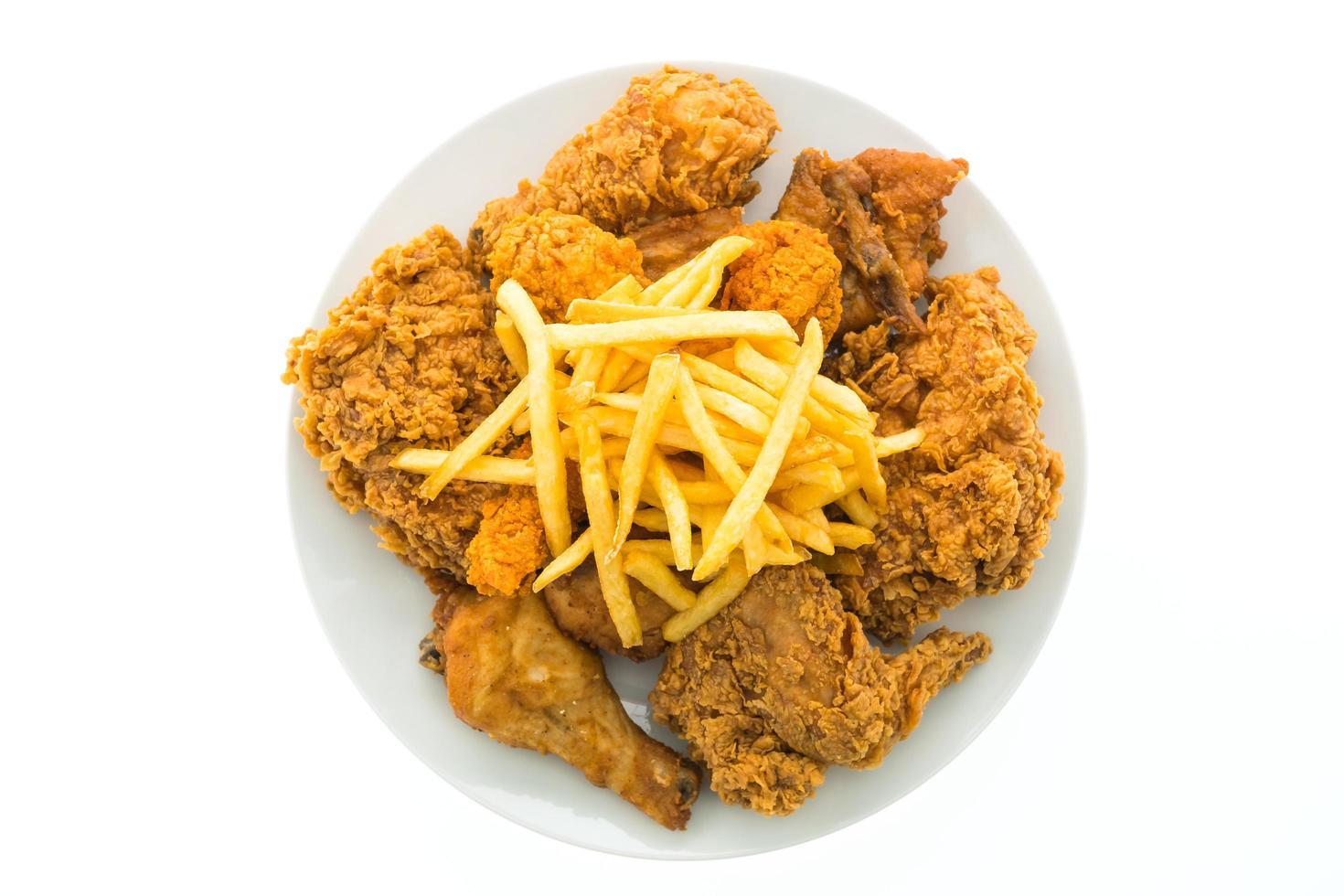 Poulet frit et frites sur une plaque blanche photo