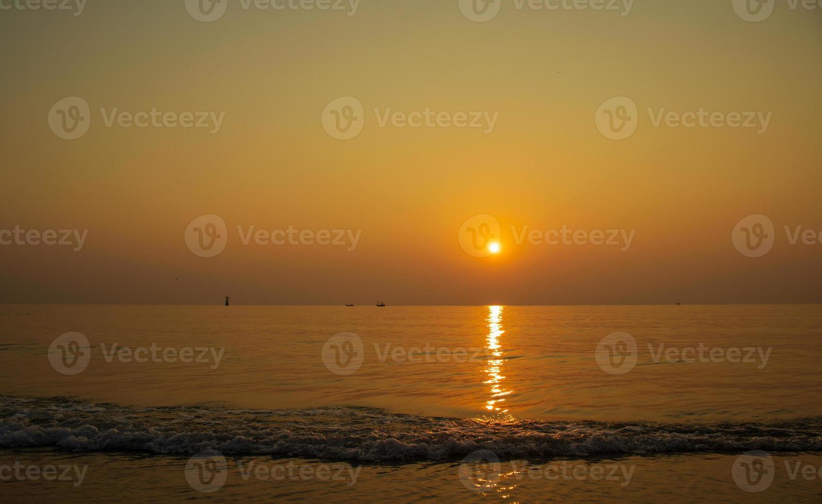 beau paysage coucher de soleil, plage tropicale de thaïlande photo