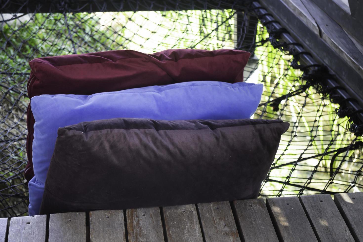 oreillers colorés sur un hamac photo