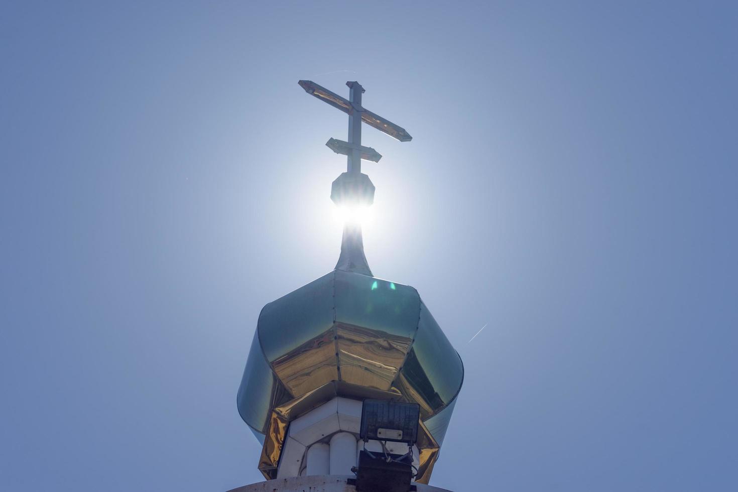 Golden Dome sur un clocher rétroéclairé avec un ciel bleu clair à Vladivostok, Russie photo