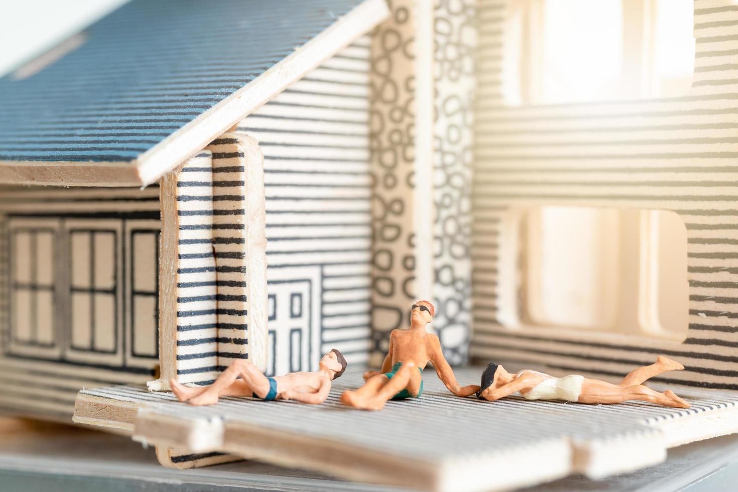 personnes miniatures restant à la maison faisant l'auto-quarantaine pour éviter le coronavirus, rester à la maison photo