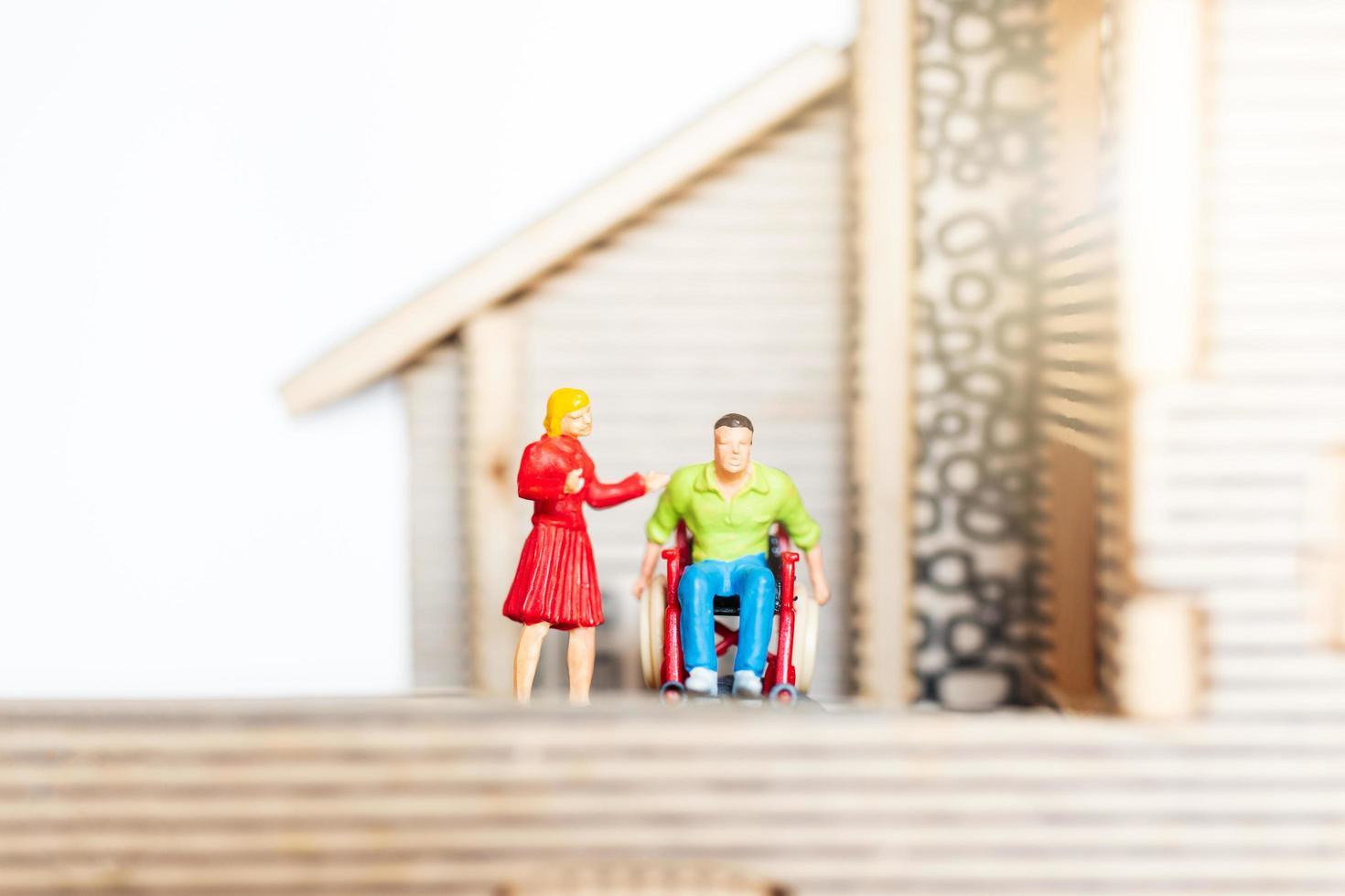 personnes miniatures restant à la maison faisant l'auto-quarantaine, concept de rester à la maison photo
