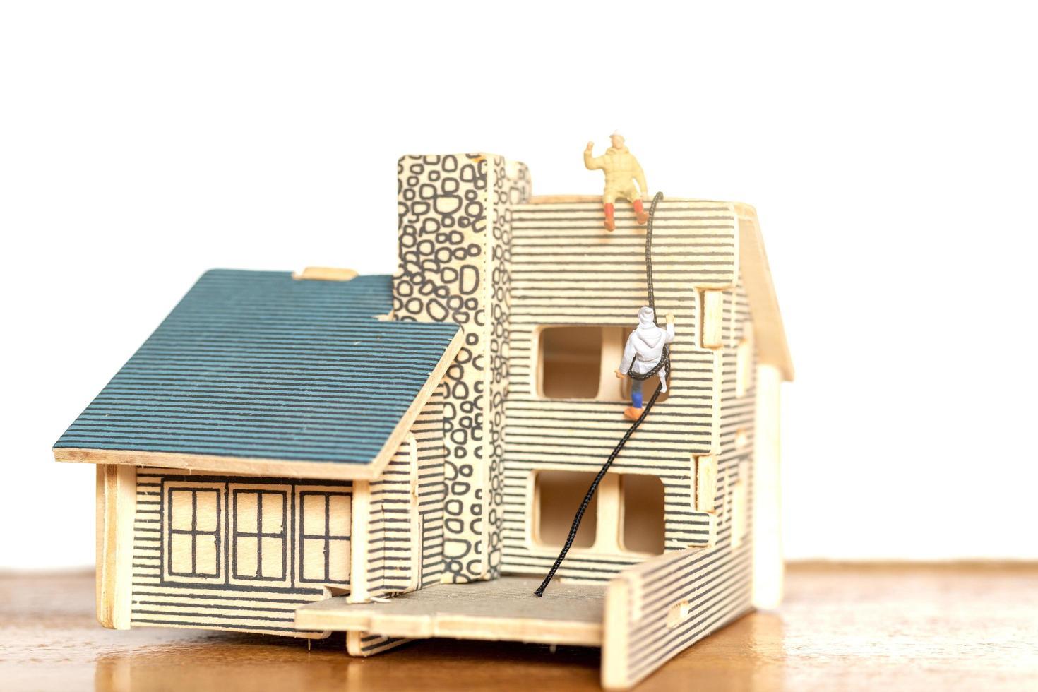 personnes miniatures restant à la maison faisant l'auto-quarantaine, concept de séjour photo