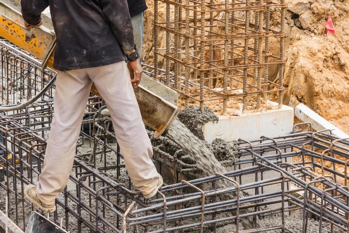 coulage du béton lors du bétonnage des sols commerciaux des bâtiments en chantier photo