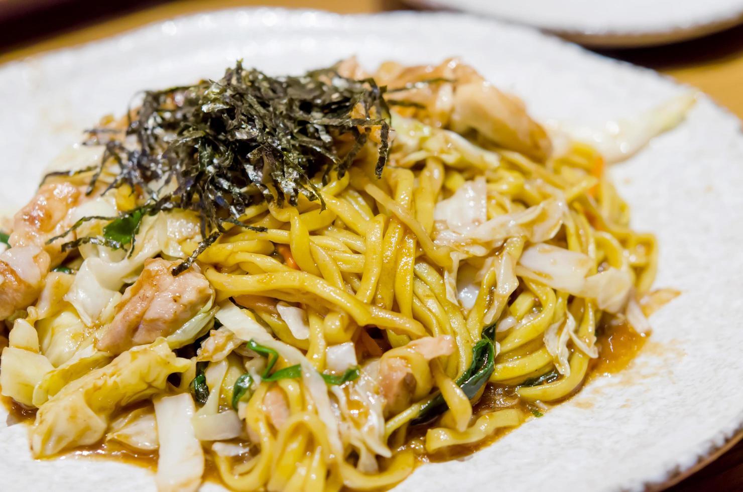 plat de yakisoba sur une assiette photo