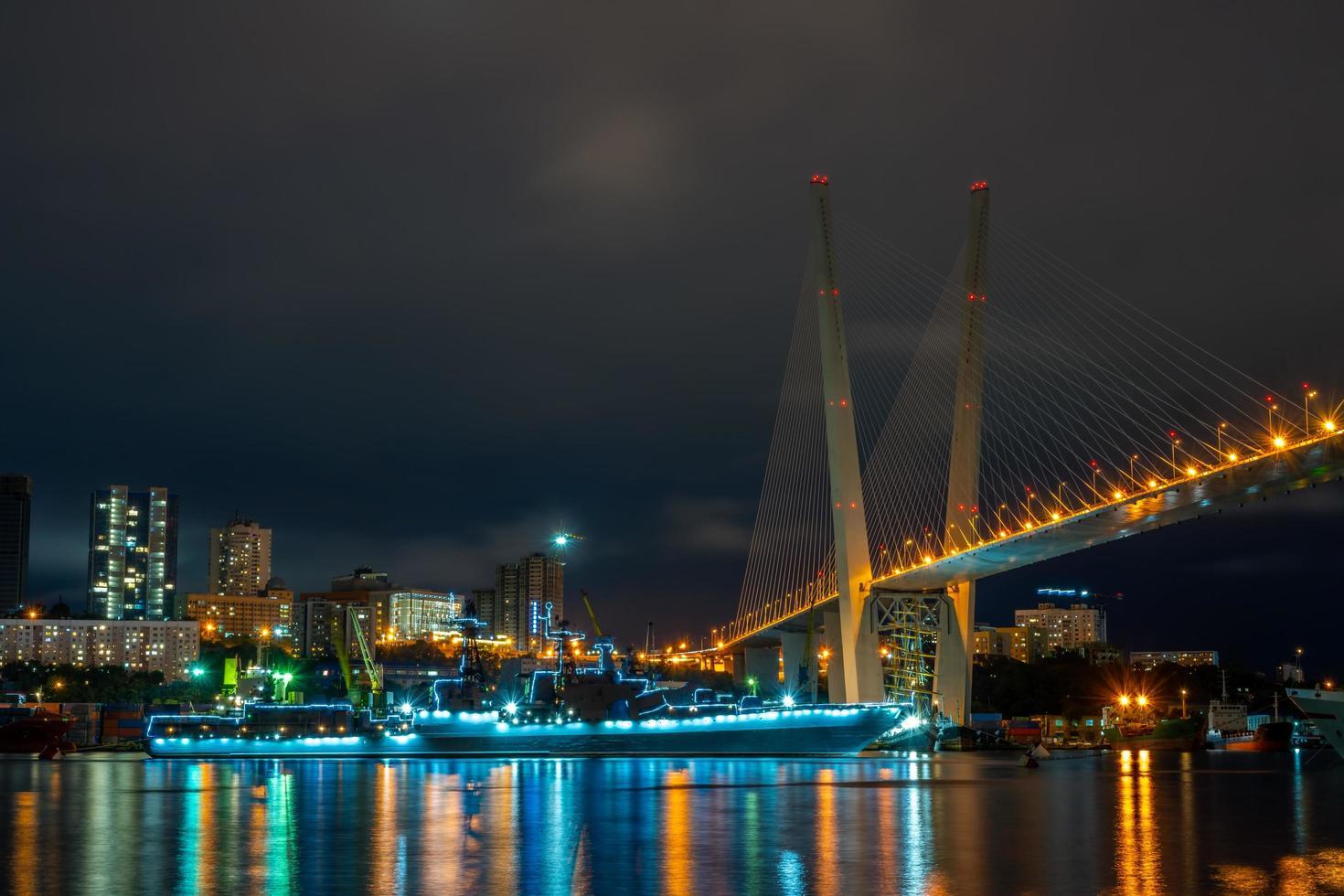 Paysage urbain de la baie de la corne d'or, un cuirassé et le pont d'or à Vladivostok, Russie photo
