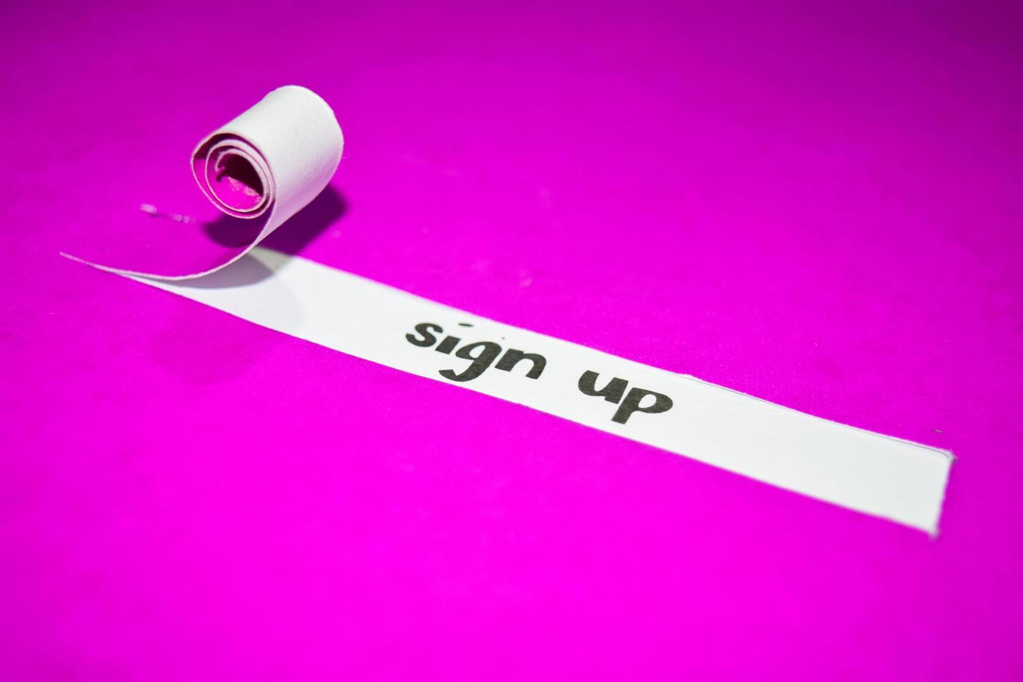 Inscrivez-vous le texte, l'inspiration, la motivation et le concept d'entreprise sur papier déchiré violet photo