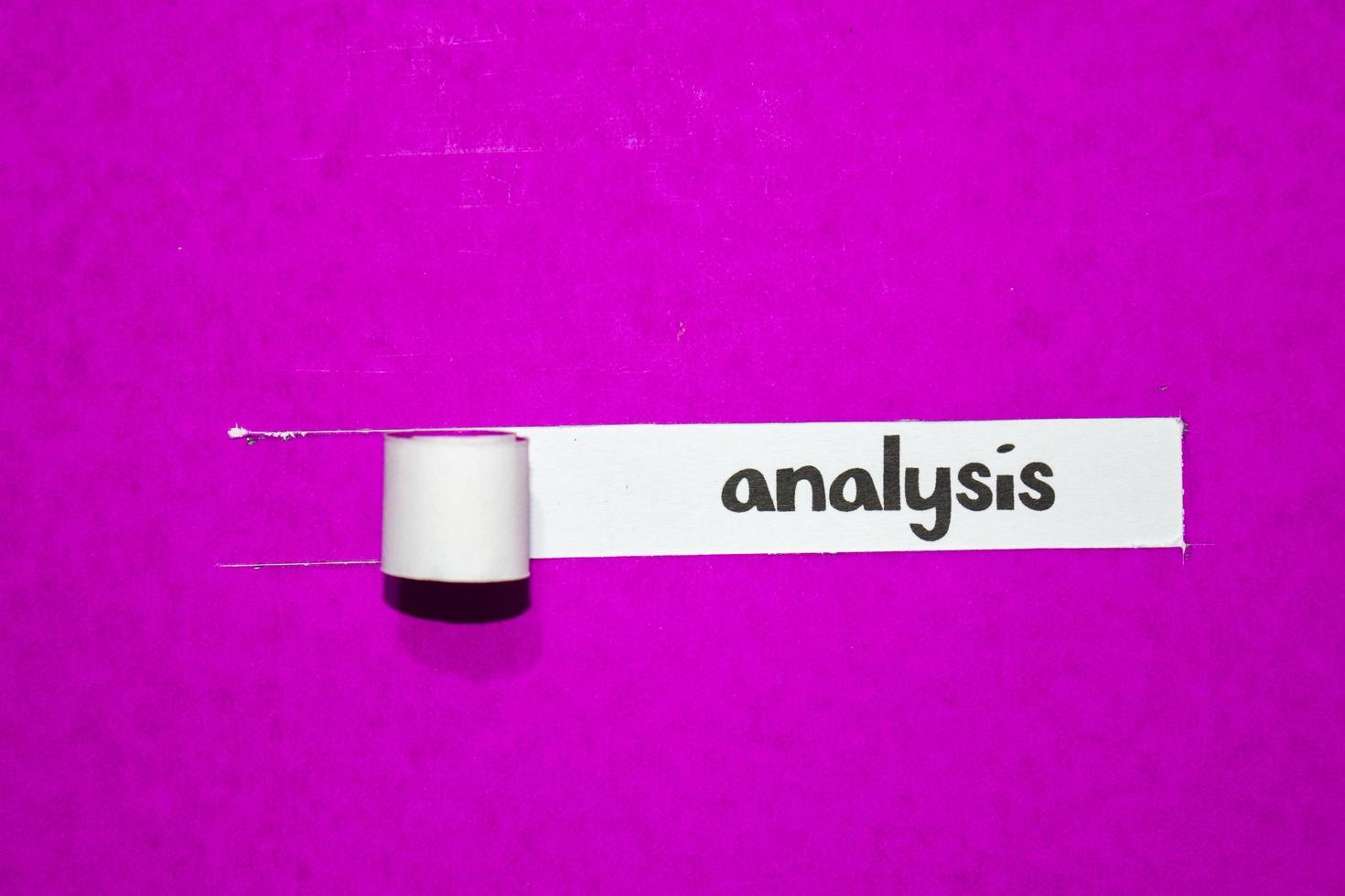 texte d'analyse, inspiration, motivation et concept d'entreprise sur papier déchiré violet photo