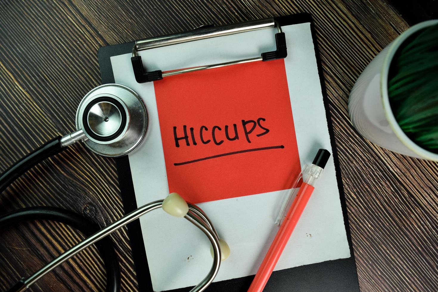 hoquet écrit sur pense-bête isolé sur table en bois photo