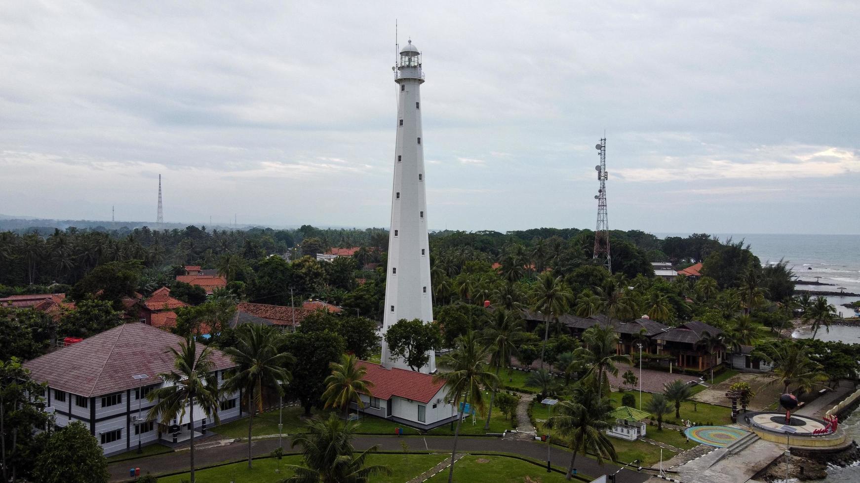 Banten, Indonésie 2021 - vue aérienne du phare mer rock paysage coucher de soleil photo