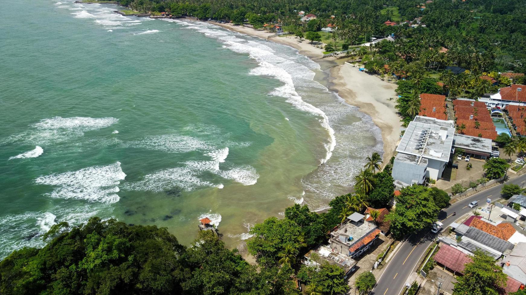 Banten, Indonésie 2021 - vue aérienne de la plage de karang bolong photo