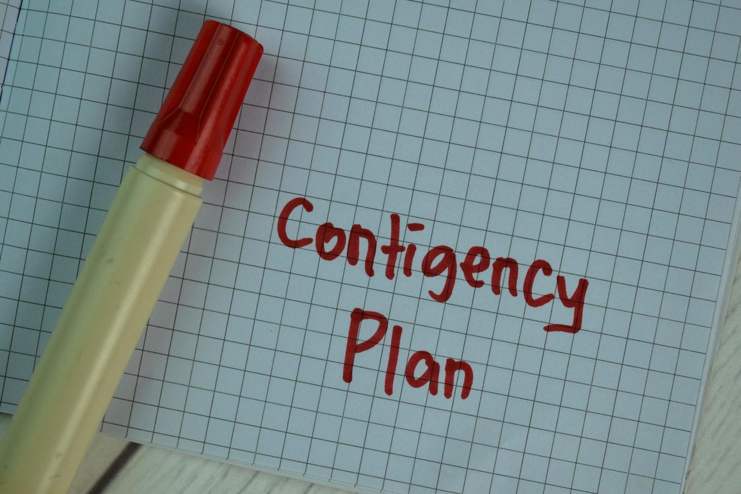 Plan d'urgence écrit sur pense-bête isolé sur table en bois photo
