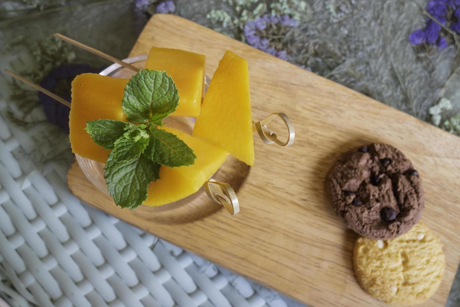 tas de fruits de mangue jaune photo
