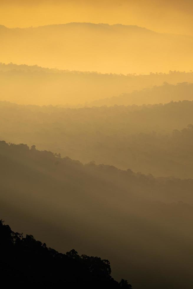 vue verticale des montagnes au coucher du soleil photo
