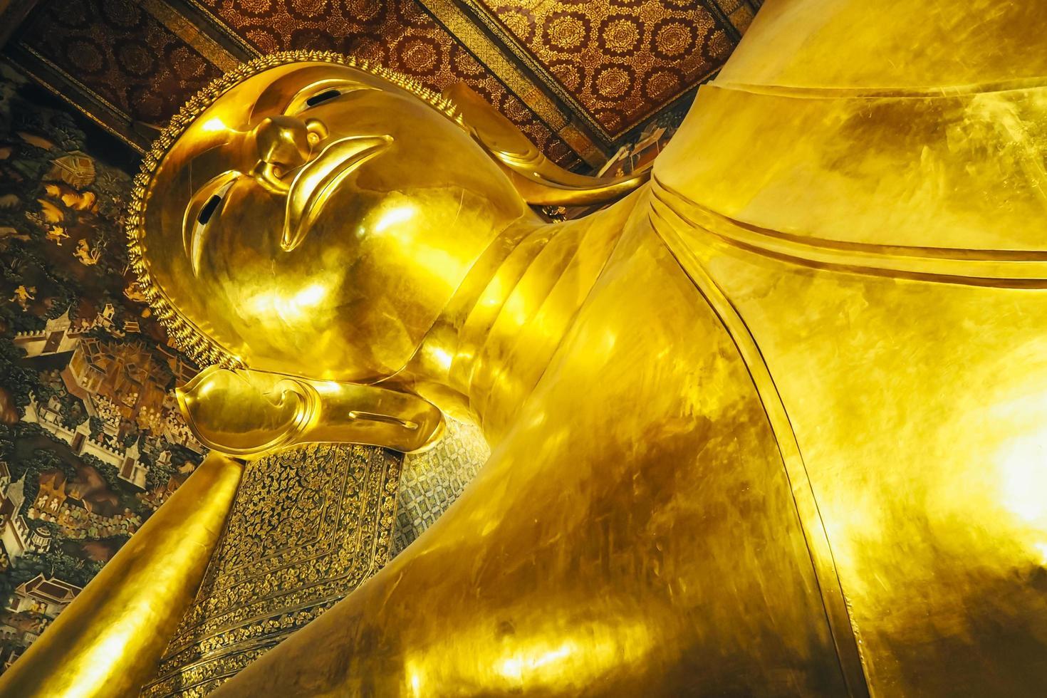 Bouddha couché doré photo