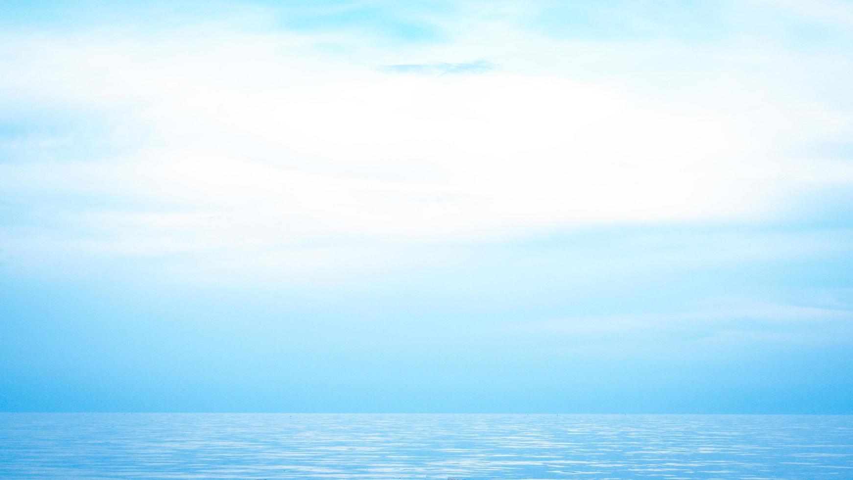 horizon de la mer magnifique paysage marin et ciel bleu photo