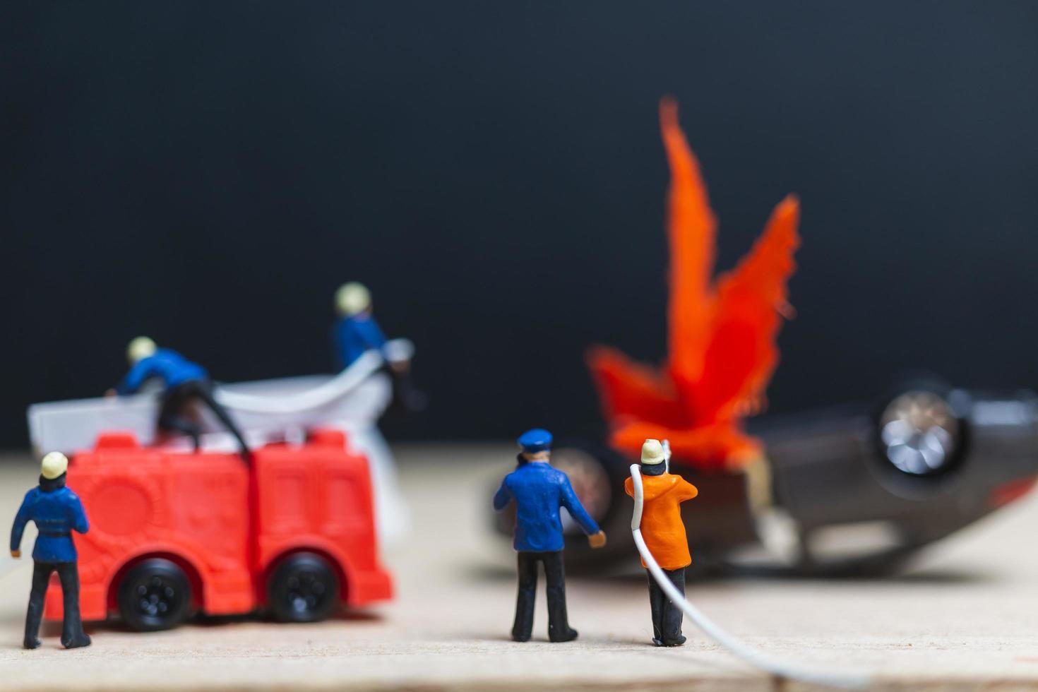 Pompiers miniatures lors d'un accident de voiture, concept d'accident de voiture photo